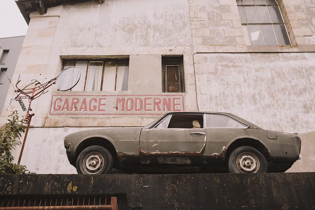 Voiture au garage moderne