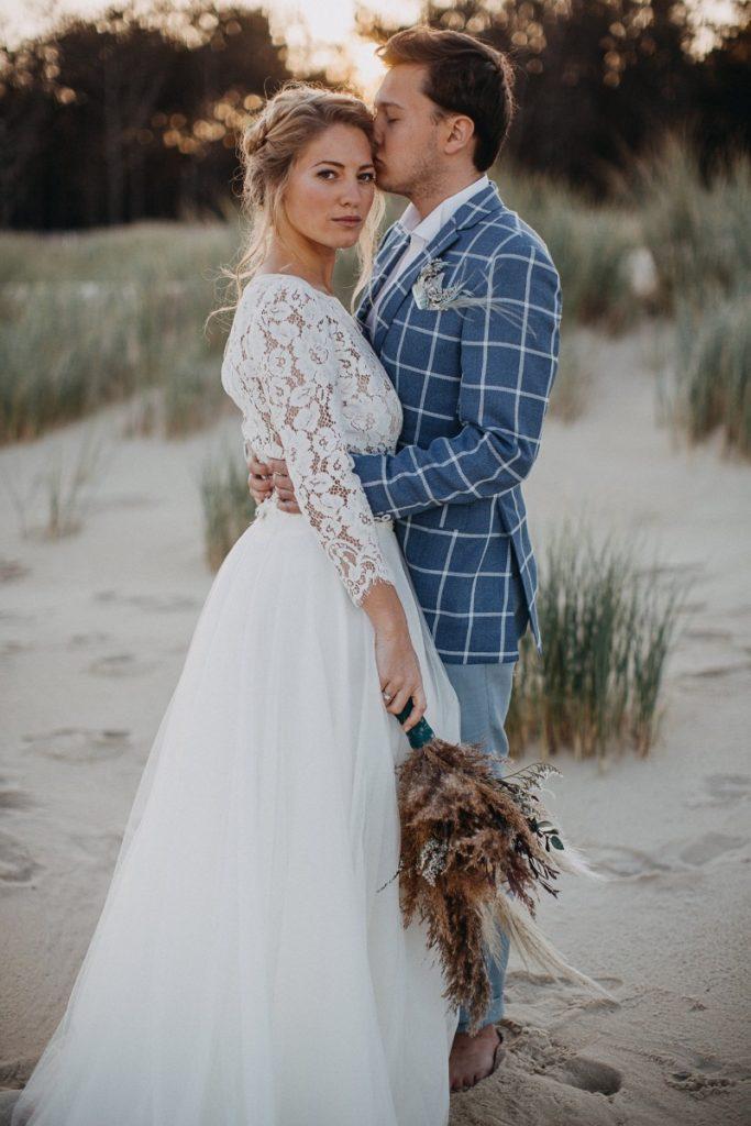 Un couple de mariés shooting d'inspiration mariage