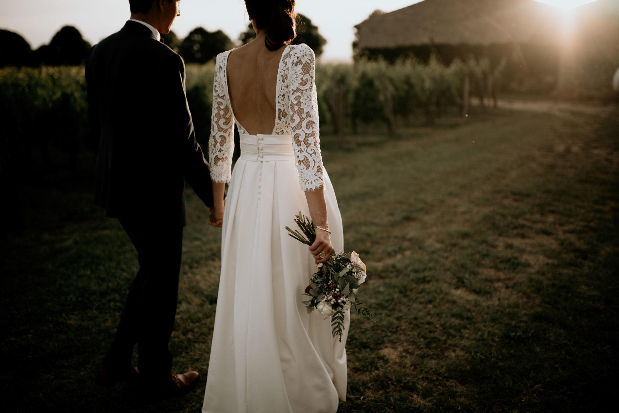 Couple marié, bouquet, Mariage au milieu des vignes