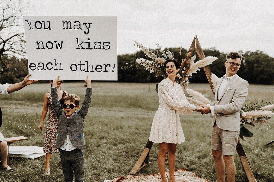 couple mariage cérémonie enfant décontracté