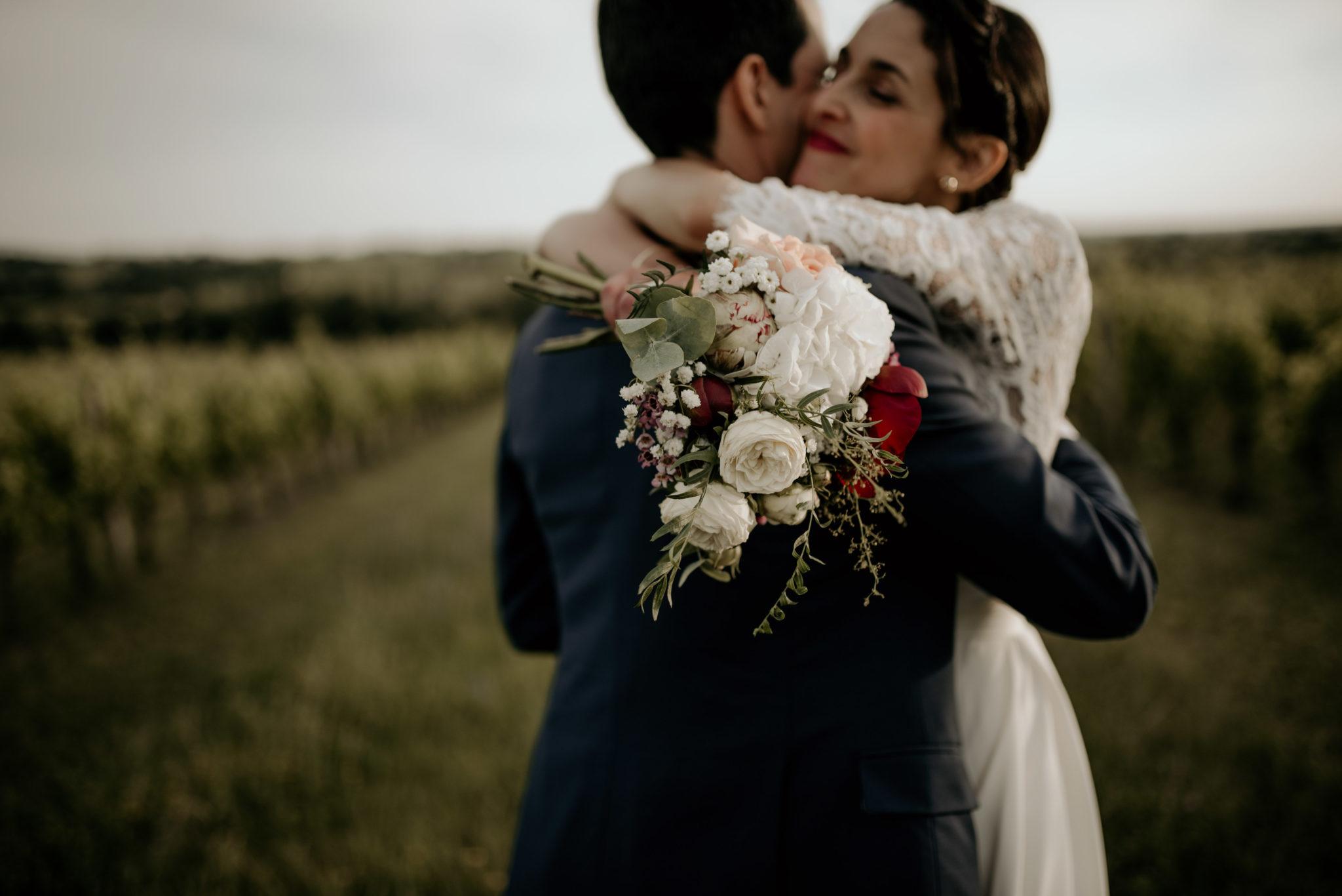 Mariage au milieu des vignes, couple amoureux