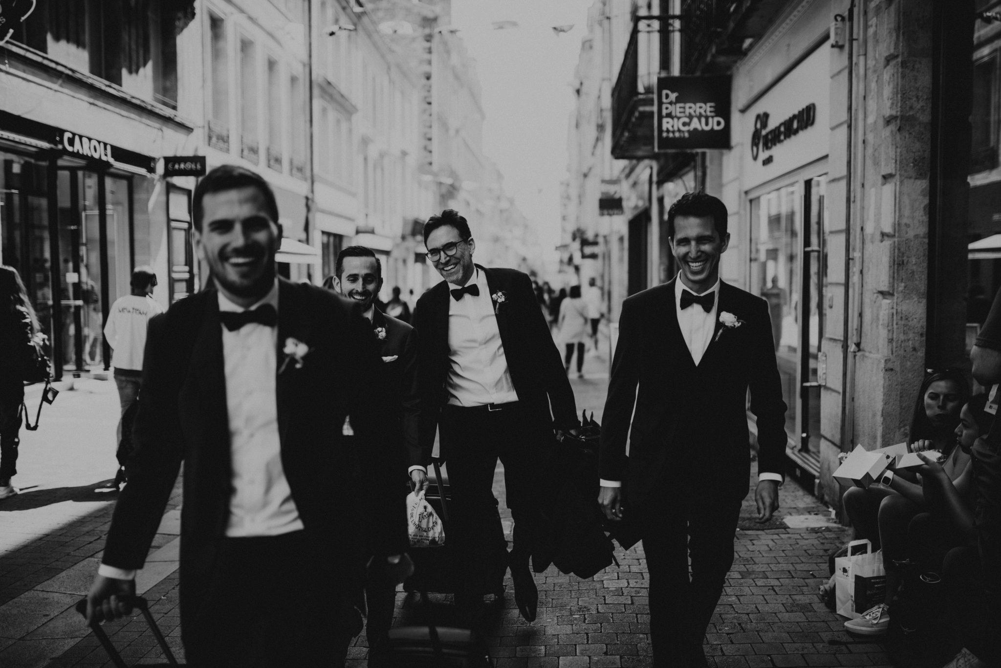 Mariage au milieu des vignes, noir et blanc, boys