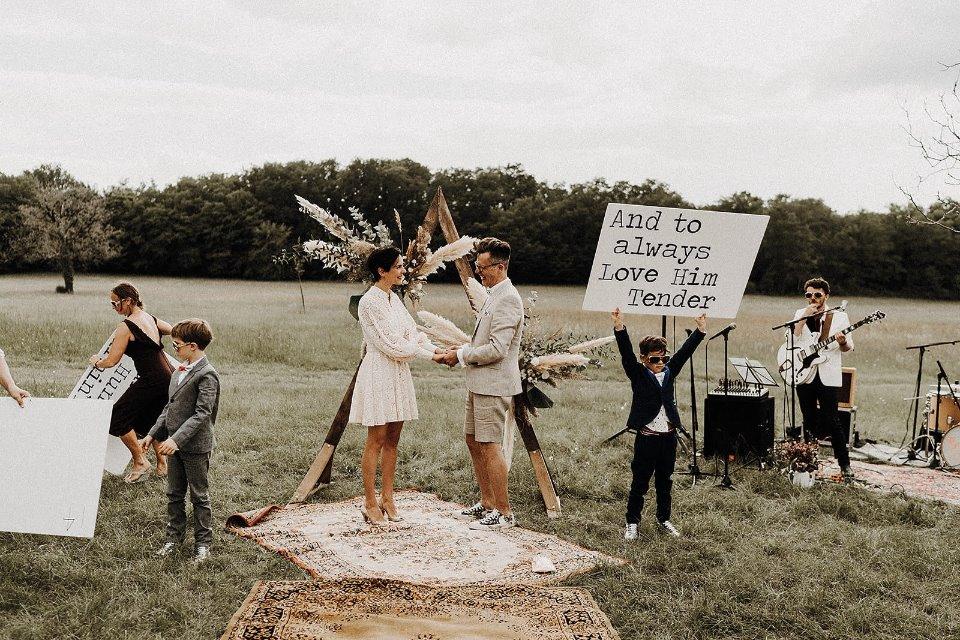 couple mariée cérémonie enfant décontracté