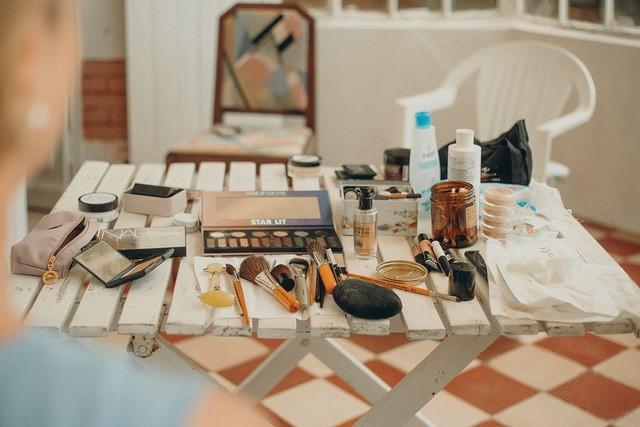 Beauté de la mariée, table maquillages