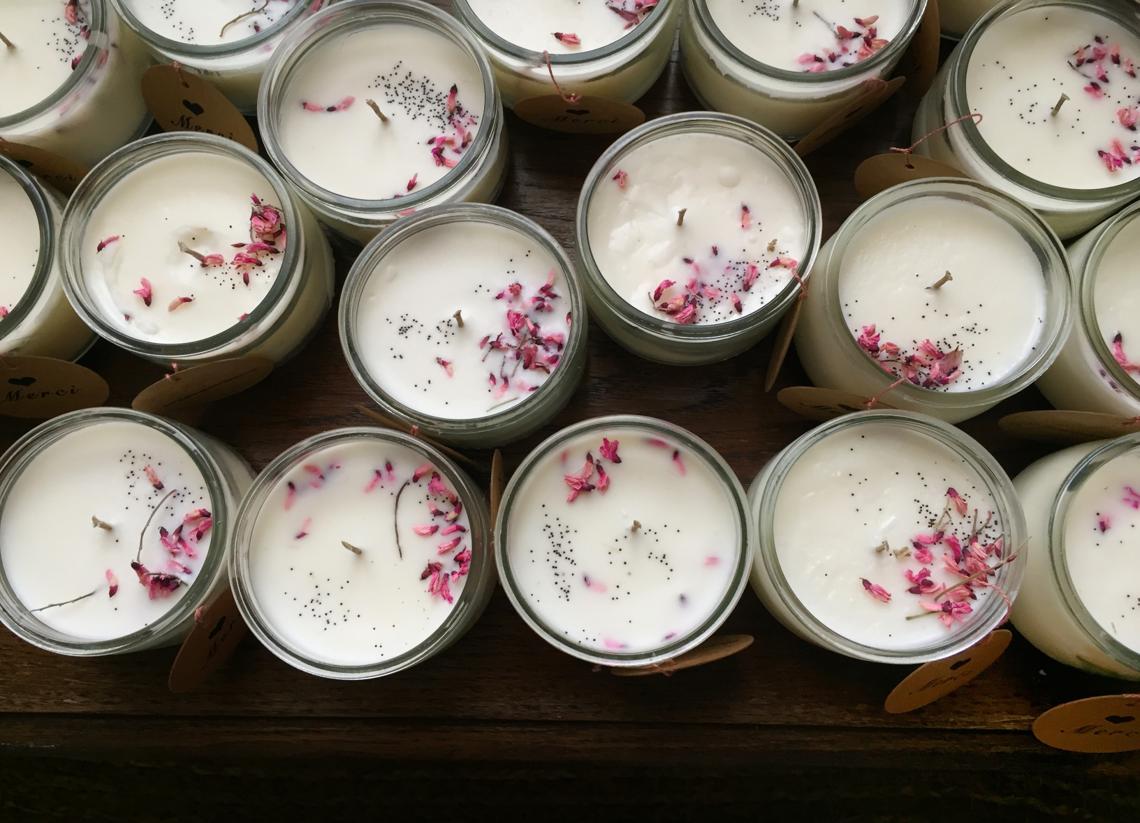 Des cadeaux fleuris pour vos invités, bougies et fleurs séchées