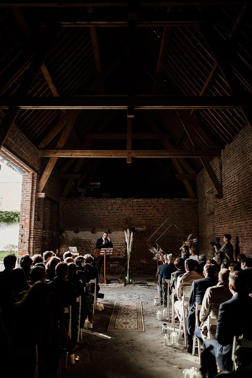 Mariage automne cérémonie officiant grange