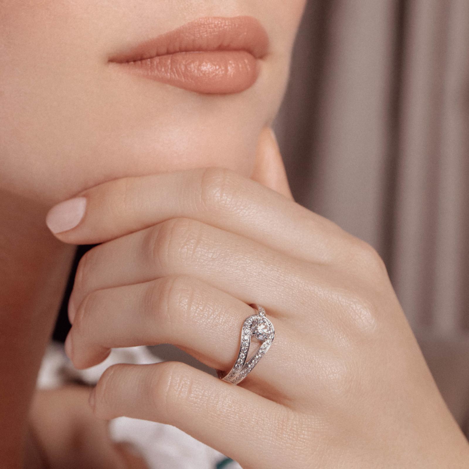 bague-fiancailles-or-blanc-diamant-originale