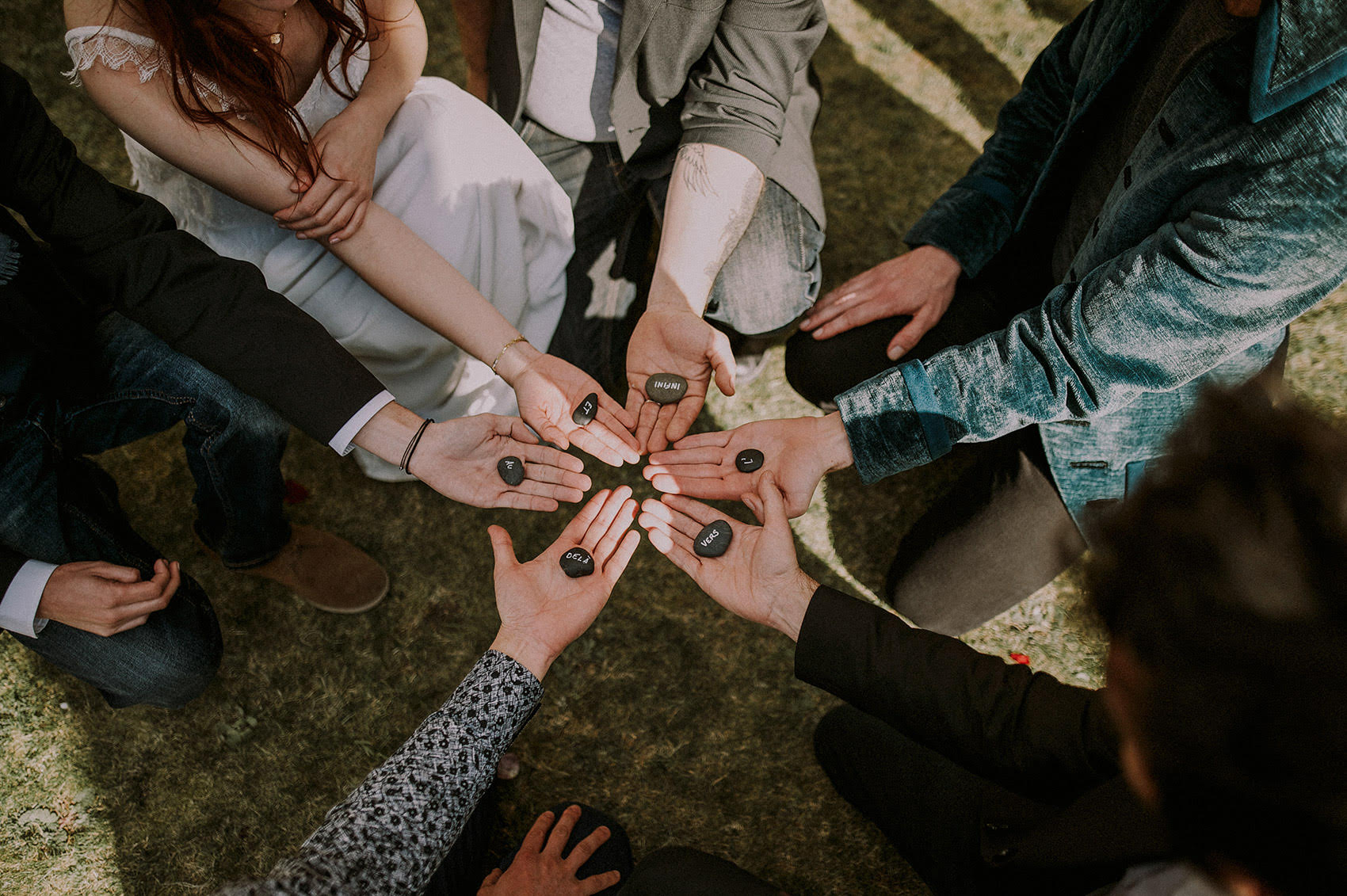 mariage-ceremonie-laique-emotions-amis-rituels