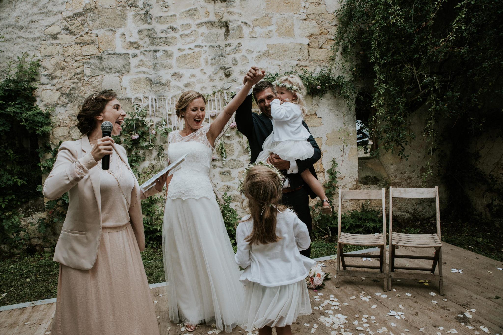 mariage-ceremonie-laique-officiante-joie