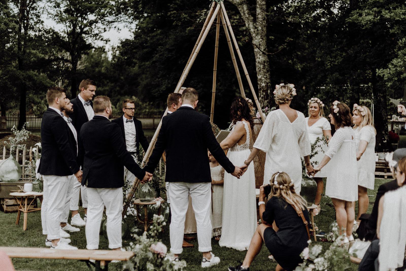 mariage-ceremonie-laique-rituels-amis-officiante