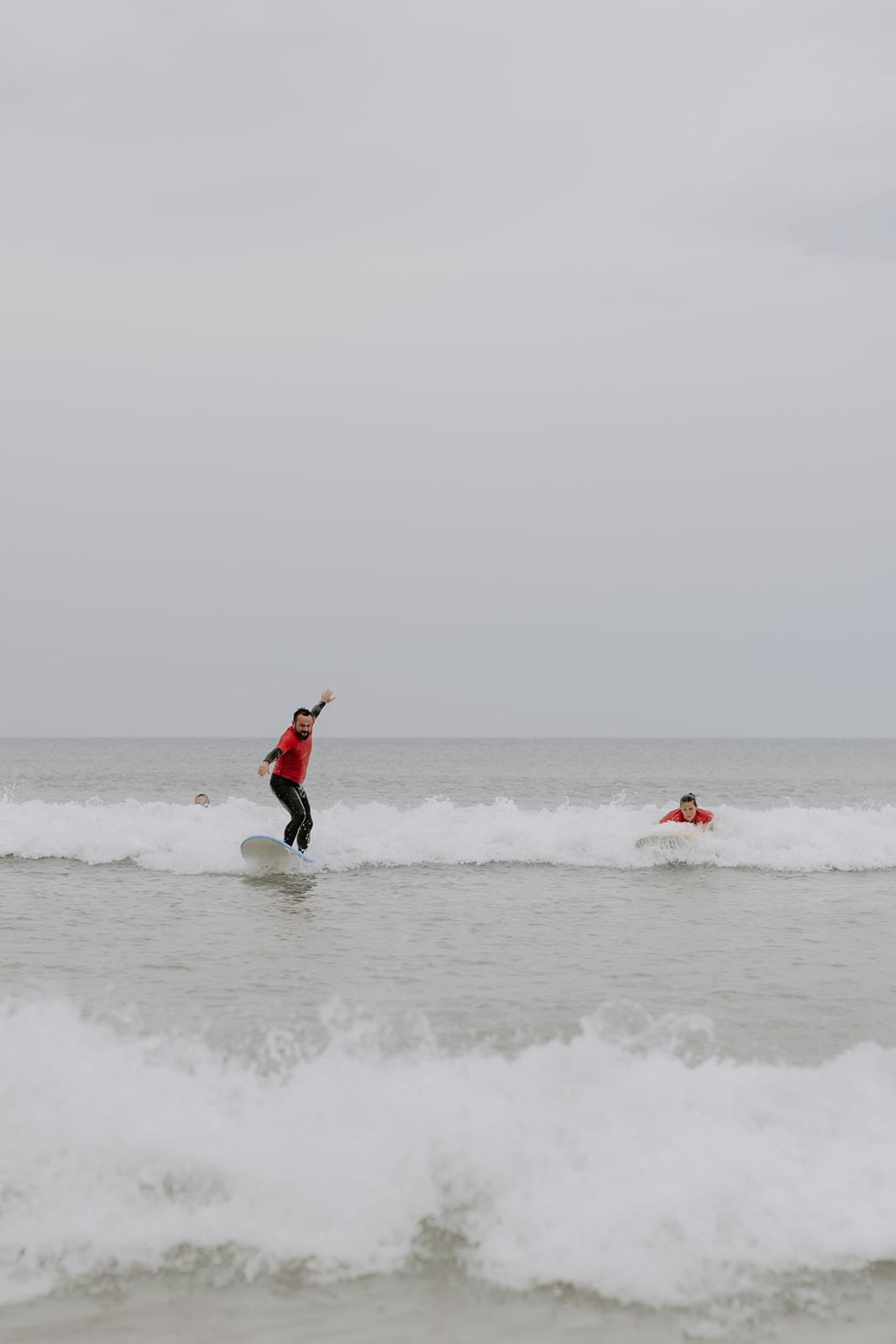 Mariage-CapFerret-activite-surf-ocean-groupe