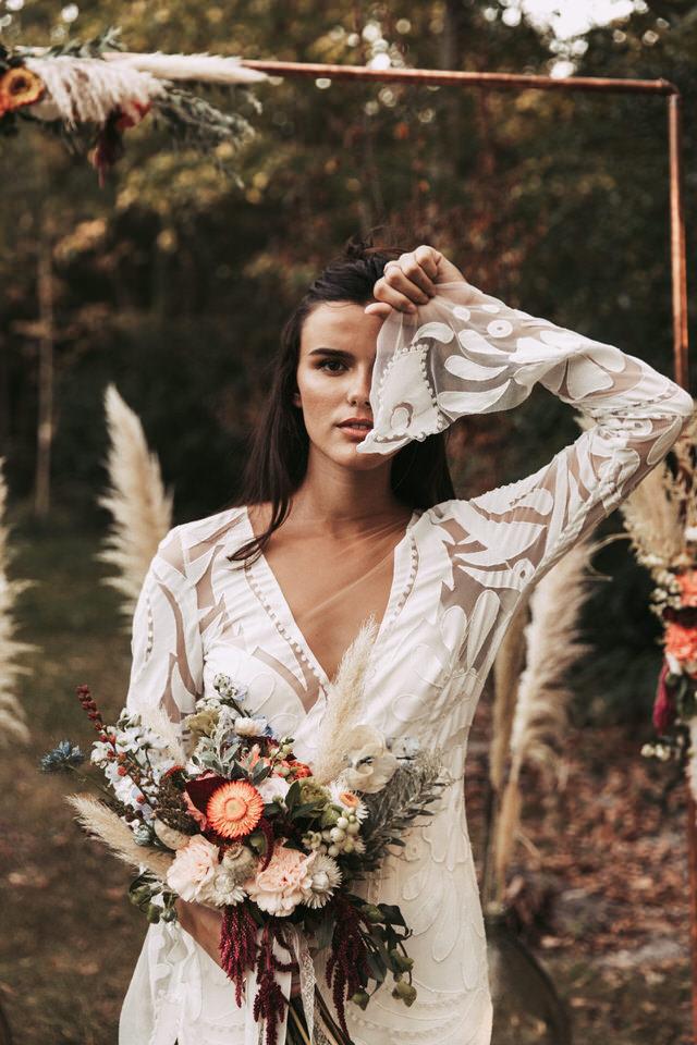 inspiration-mariage-boho--couple-boheme-fleurs-robe