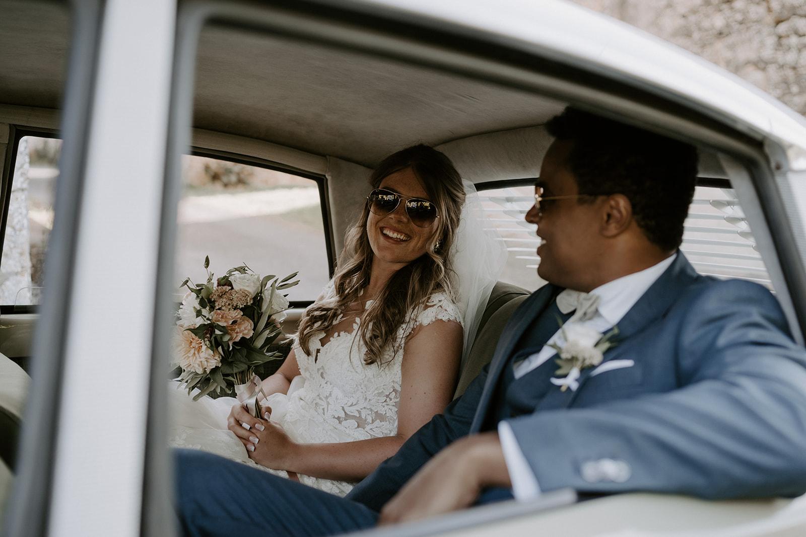 domaine-lagut-mariage-couple-voiture-vintage